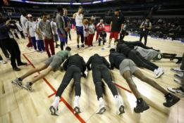 """""""Pistons"""" krepšininkai atlieka atsispaudimus"""