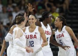 K.Bryantas: kai kurios moterys galėtų laisvai žaisti NBA lygoje