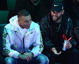 Futbolo žvaigždės K.Mbappe ir Neymaras stebi NBA rungtynes Paryžiuje