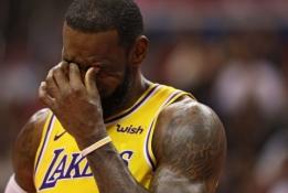 NBA 2K žaidime sumodeliuota situacija, kaip JR Smithas nuskriaus L. Jamesą